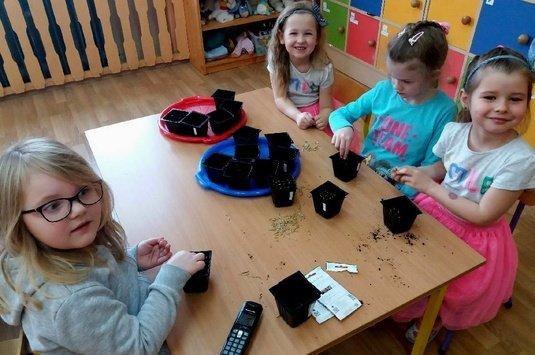 Dzieci posiały wielkanocny owies